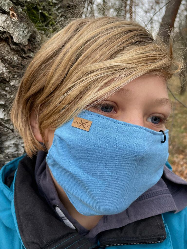 Junge mit Schutzmaske Stichtag Tattoo