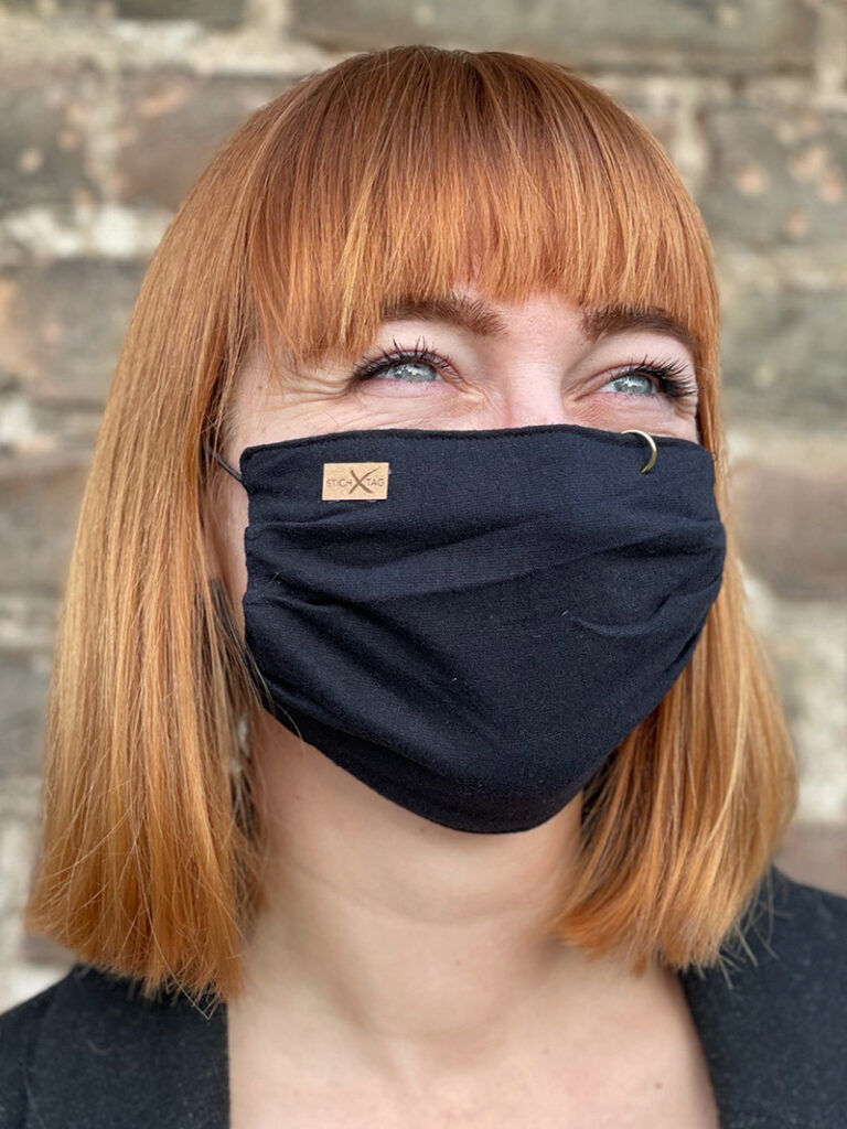 Frau mit Stichtag Schutzmaske
