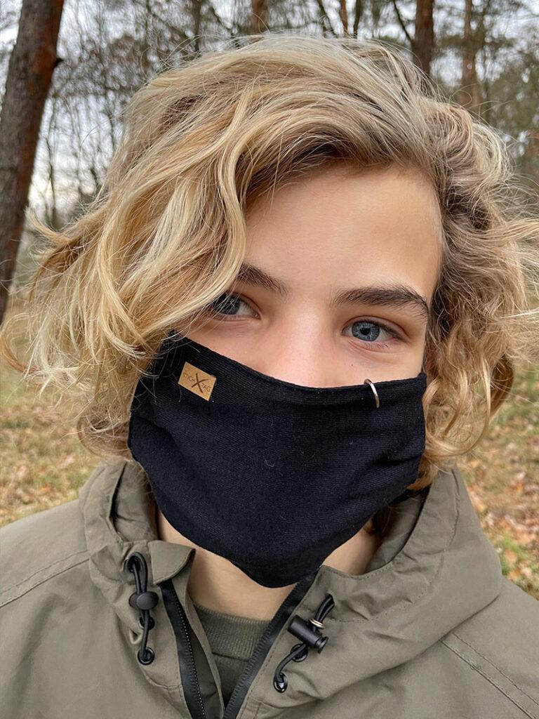 Junge mit Stichtag Schutzmaske